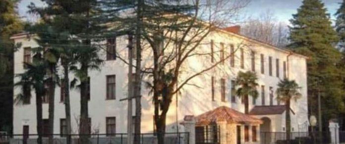 წმინდა ამბროსი ხელაიას სახელობის სკოლა პანსიონის თანამშრომლებმა სამსახური პროტესტის ნიშნად დატოვეს